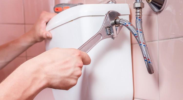 Comment réparer une fuite à l'extérieur du réservoir des toilettes ?